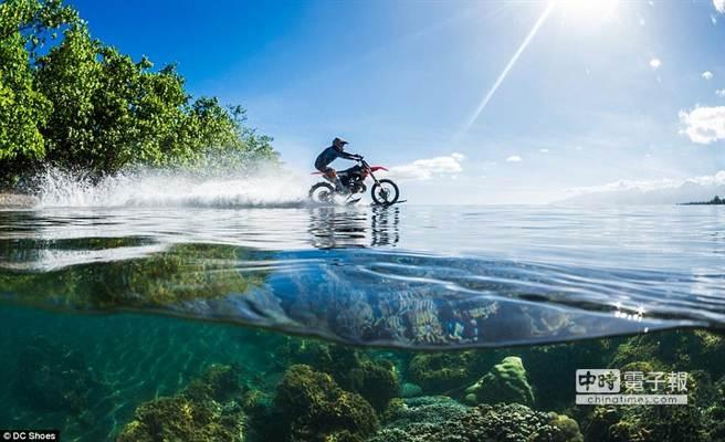 bike-surfing 澳洲特技神車手 騎越野機車在海上衝浪!