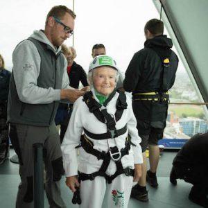 為慈善而降~英國101歲老奶奶打破順繩垂降金氏世界紀錄