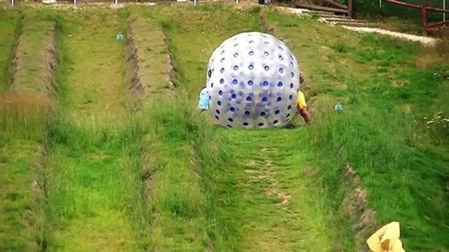 玩家會先固定在一個透明的塑料球內,再從傾斜的草坪上滾下,以享受其刺激感