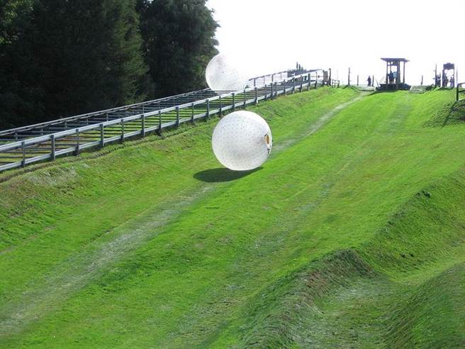 太空球源自於紐西蘭,它是一項戶外活動,通常適合在山坡上進行遊玩
