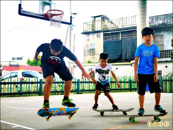 〈北部〉玩滑板不怕摔學童挑戰自我極限 – 自由時報電子報