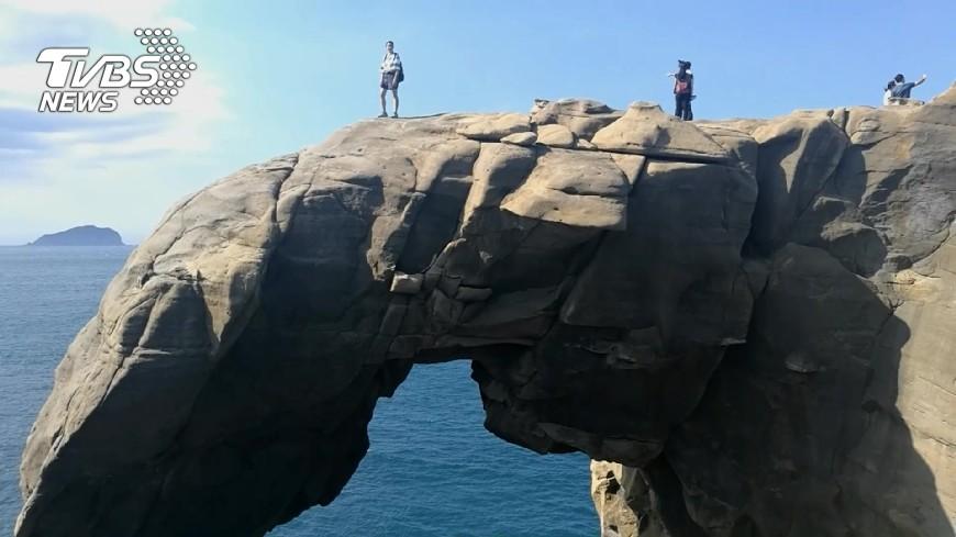危險!象鼻岩無人管遊客跳水、走高空繩 – TVBS新聞