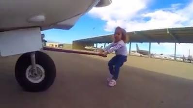 Community  Video / 最年輕的小飛行員  從事飛行前檢查到飛行 獨自完成太棒了Youngest Pilo…