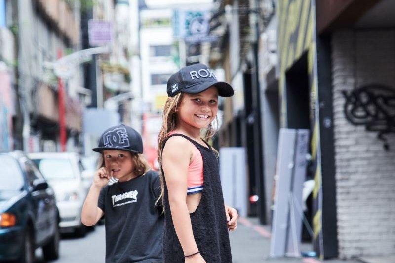 8歲小女孩靠滑板走遍世界,道出最成熟人生觀:每次碰到的難關,都會讓妳變強! – 風傳媒