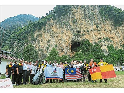 為國際活動熱身106跳傘員跳達邁岩洞 – China Press (新聞發布)