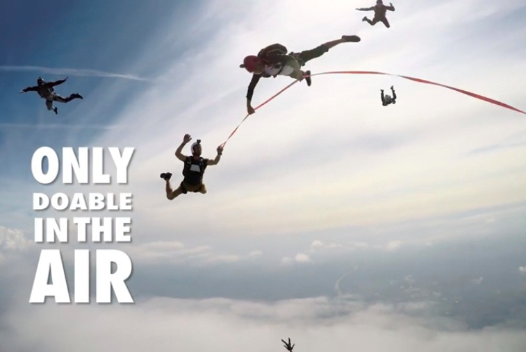 飛上天空挑戰走繩5次翻轉跳傘20多次 – 民視新聞