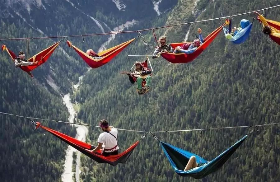 恐高慎入!极限运动爱好者千米高空架吊床这高度你们真的敢睡吗 – 东方网