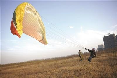 南京小夥癡迷動力傘運動每周末翱翔在百米高空 – 新華網江蘇頻道