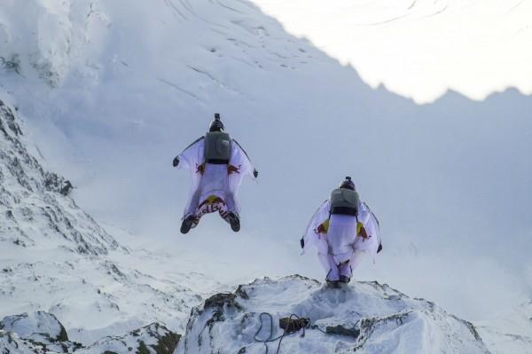 超狂!2玩家穿飛鼠裝跳少女峰滑進飛行中小飛機- 國際- 自由時報電子報 – 自由時報電子報