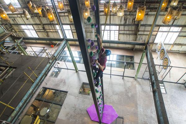台南糖廠全台首座「透明攀岩牆」 9公尺高光看就腿軟