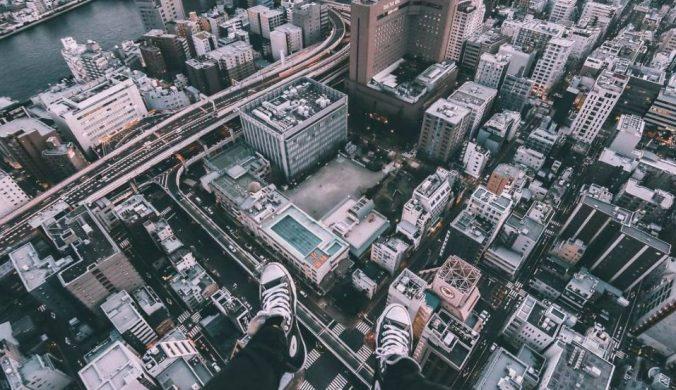 玩命極限攝影!3男攀新北市逾40樓高大橋塔柱