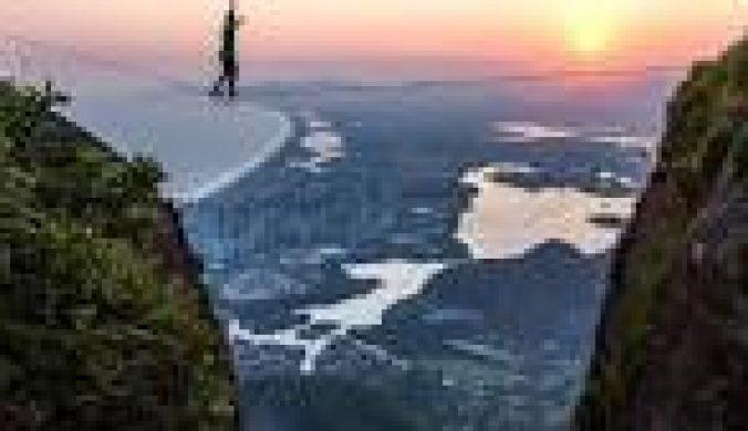 极限运动者里约高空走绳索壮阔美景引人惊叹