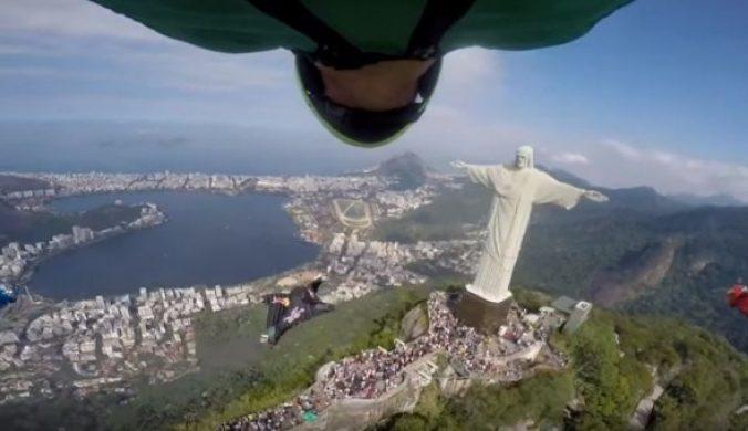 極限運動員穿飛鼠裝空中滑翔挑戰超大基督像