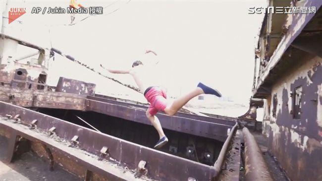 影/驚艷!極限走繩玩家橫跨海面「船上」秀特技