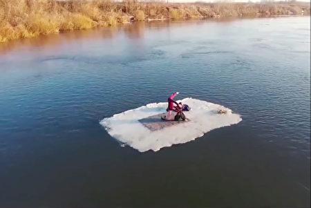 1525678891 668 情侶挑戰極限浮冰上完成不可能的任務
