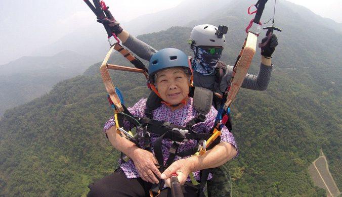 87歲嬤經歷過戰爭挑戰「飛行傘」淡定無畏懼