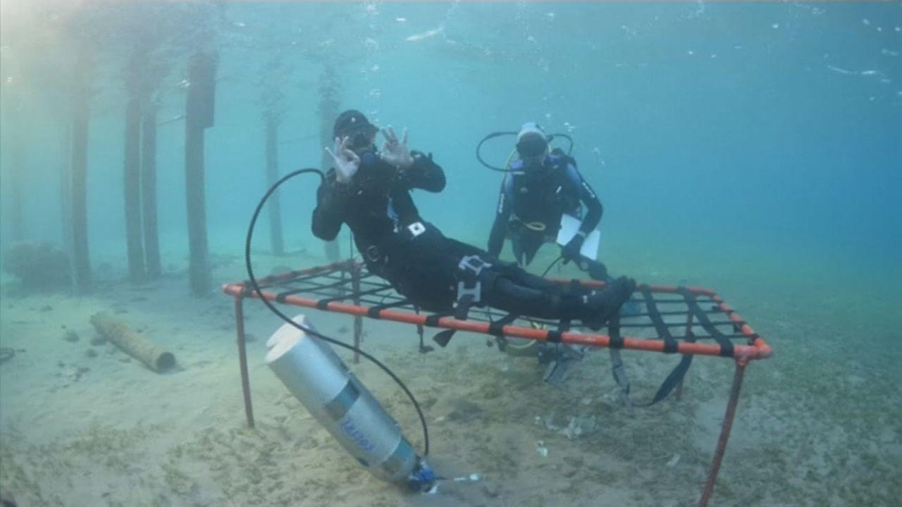 生活在水底?約旦男紅海挑戰潛水24小時