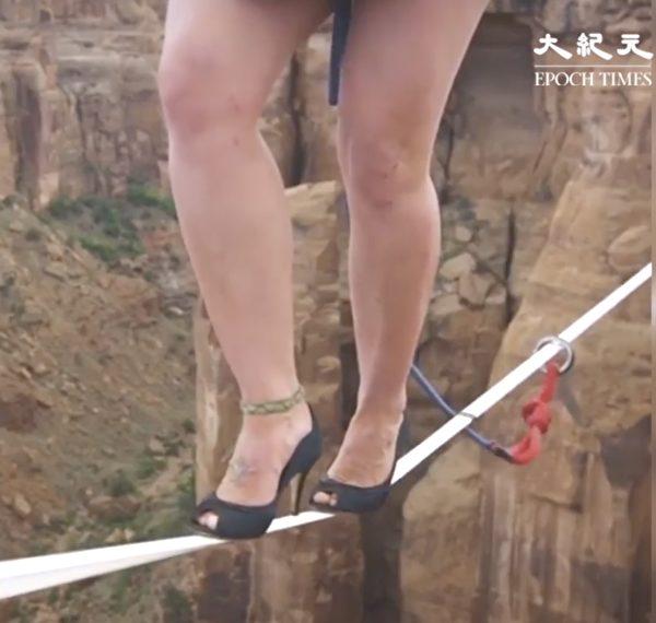 1529540528 220 步步驚心!極限運動員穿著你意想不到的鞋挑戰高空鋼索