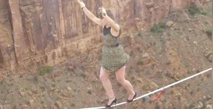 步步驚心!極限運動員穿著你意想不到的鞋挑戰高空鋼索