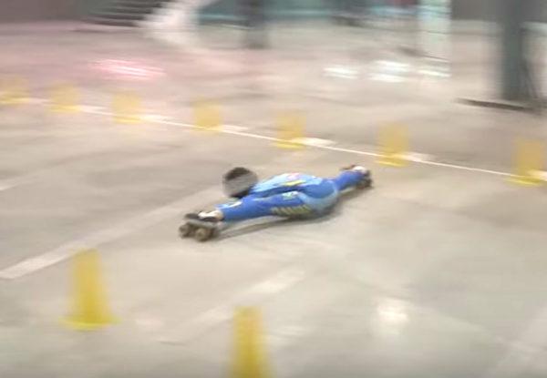 1530842405 721 腳筋超軟9歲男童破「車底溜冰」世界紀錄