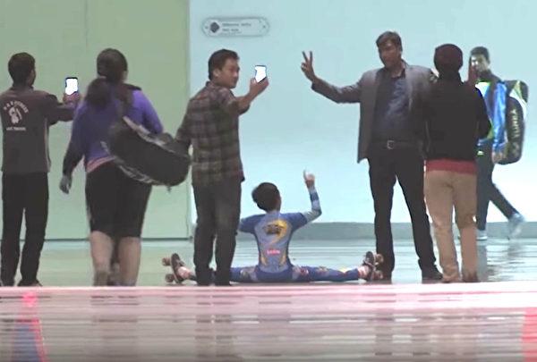 1530842405 801 腳筋超軟9歲男童破「車底溜冰」世界紀錄