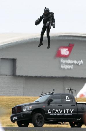 ▲▼布朗寧22日在航空展上,展示飛行裝的成果。(圖/達志影像)