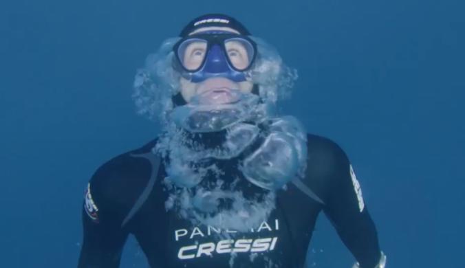 不帶氧氣瓶,吸一口氣就深潛入海底!肺被擠扁、水冷刺骨,潛水冠軍道出深水中的極限挑戰