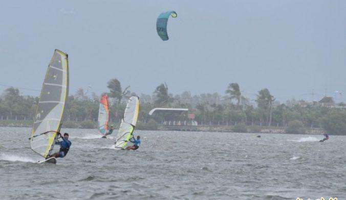 山竹離開東港吹強風吸引風箏浪板玩家追風
