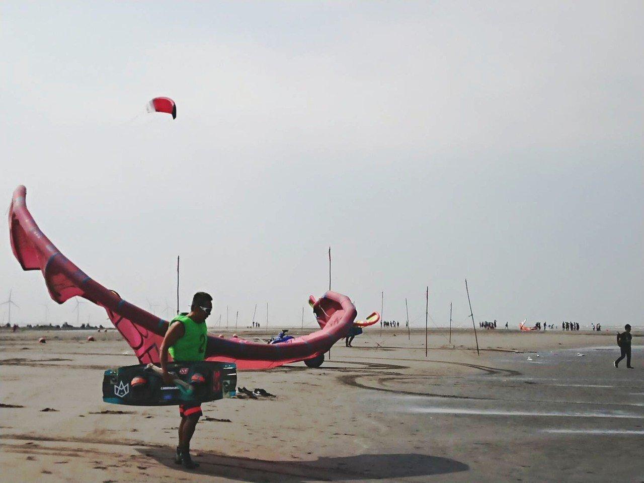 風箏可以衝浪!這裡海邊玩出新趣味