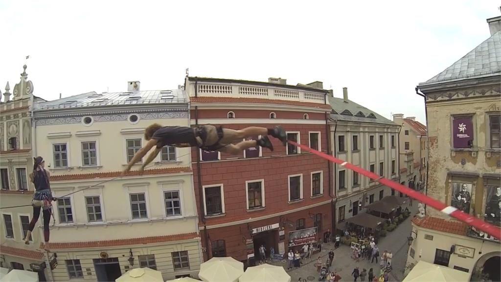 兩度極限定點跳傘!特技表演者挑戰飛越深山巨岩