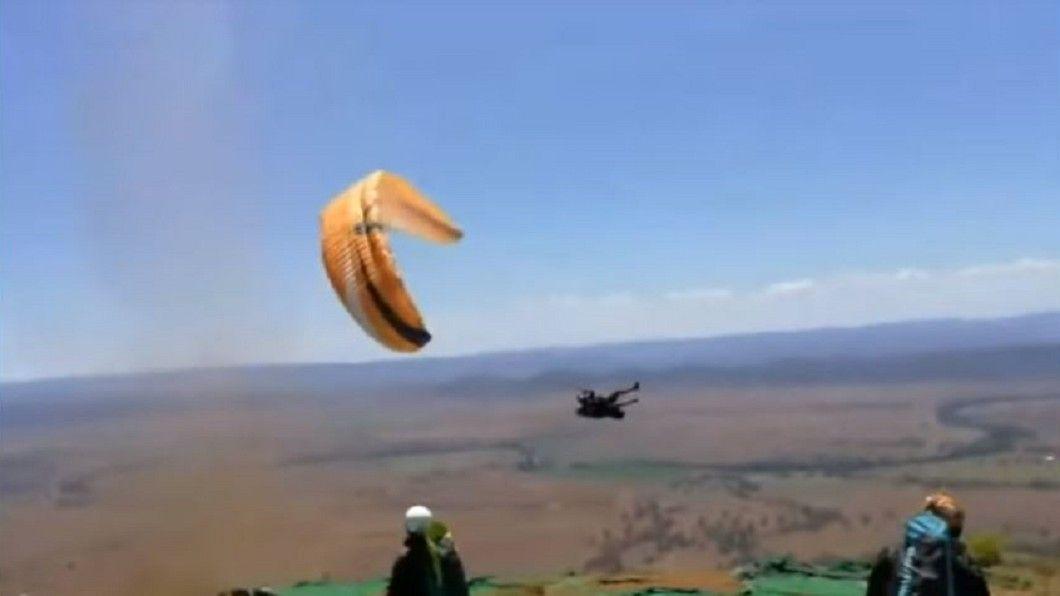 澳洲突颳「魔鬼塵捲風」 滑傘飛行員遭狂風吹走 - Yahoo奇摩新聞