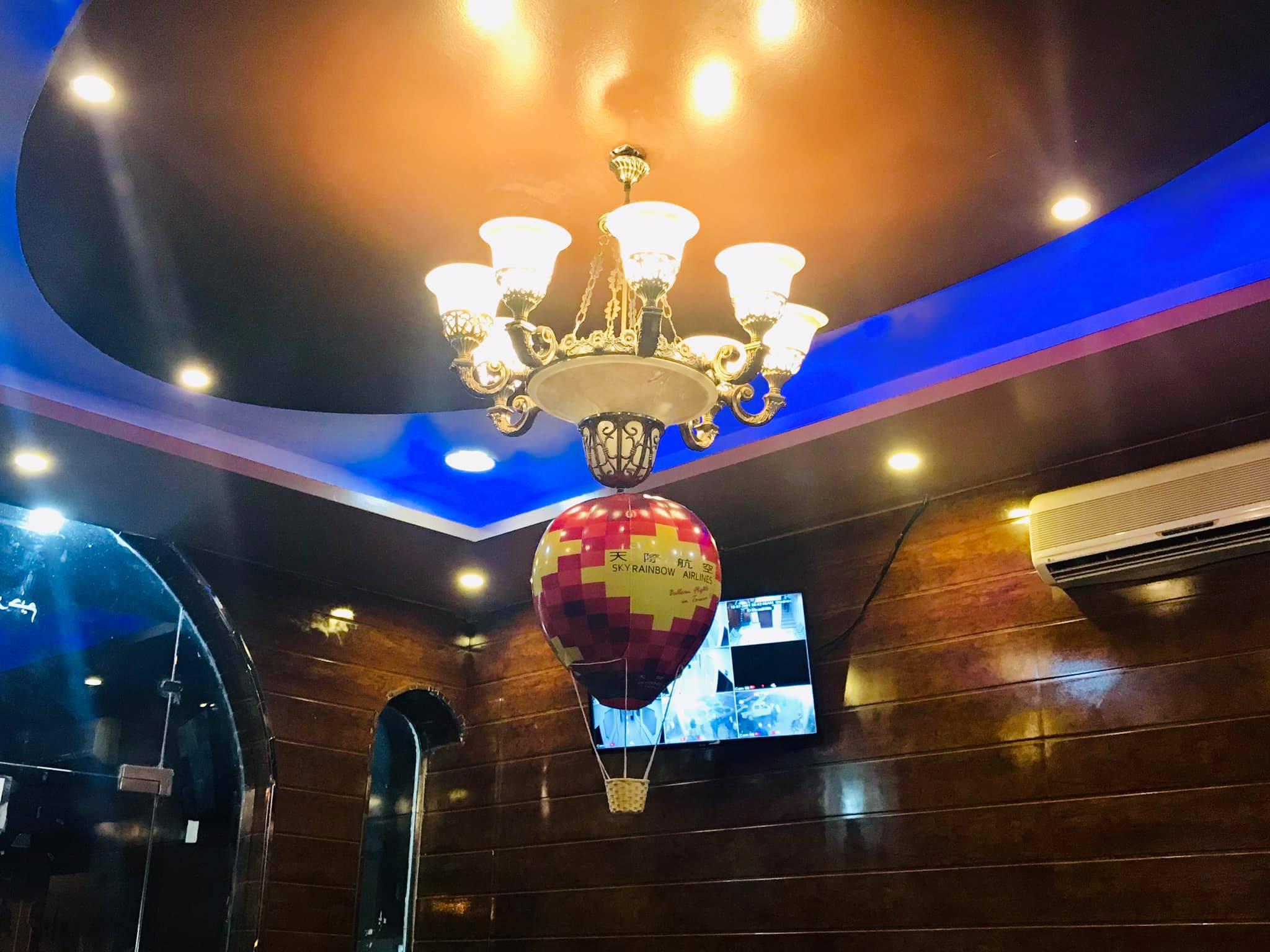 Skyrainbow fly in the Arabia 我們家天際紅熱氣球、走到哪都是一個裝置😄 #在阿拉伯很搶手
