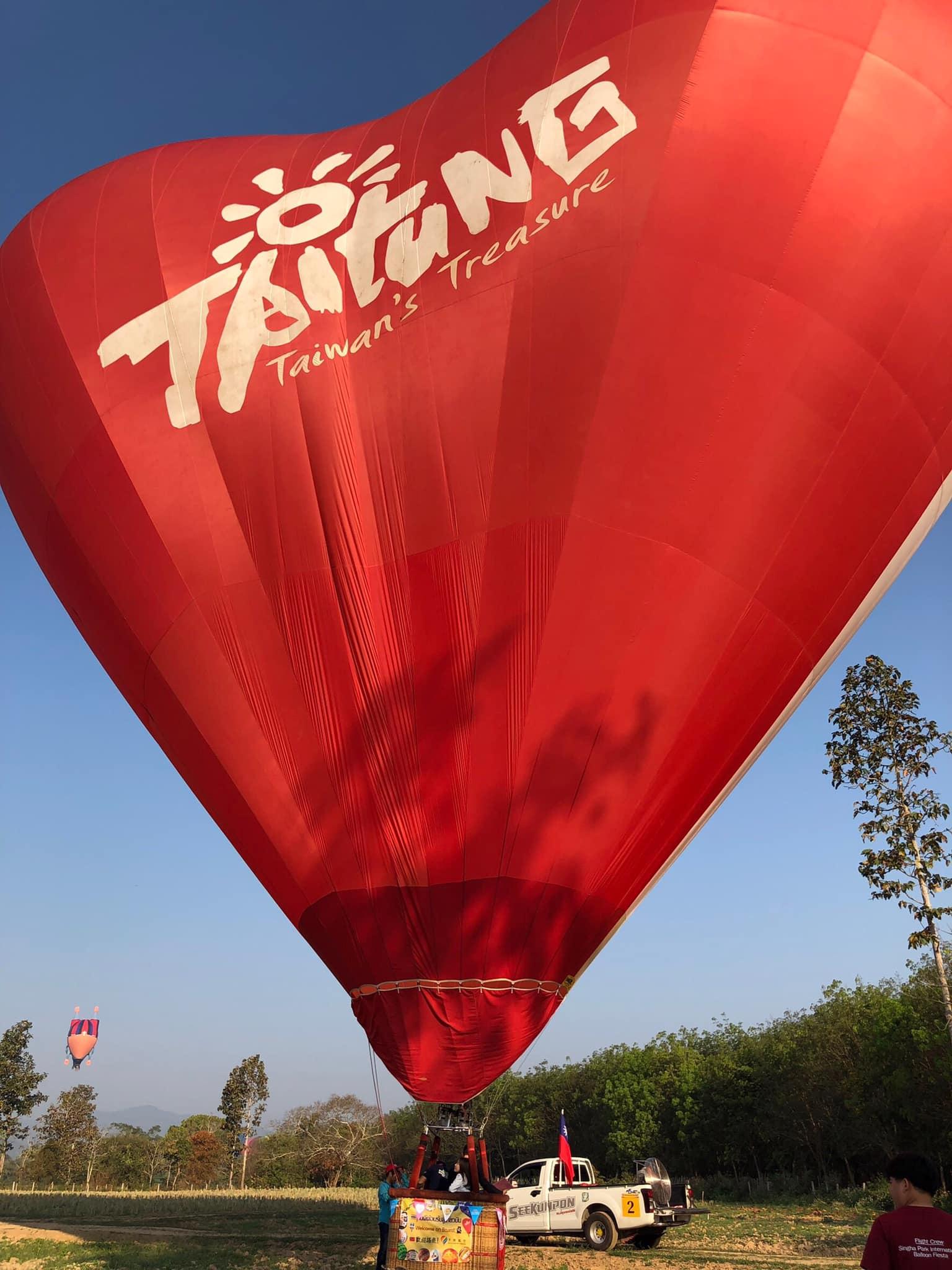 今天情人節,天際航空榮幸参與泰國清萊情人節熱氣球活動、有當地20新人搭乘熱氣球活動、今日我們團隊也載著新人搭乘愛心球起飛,新婚乘客為泰國當地著名明星,浪漫🌹100分,也祝福大家情人節快樂喔!