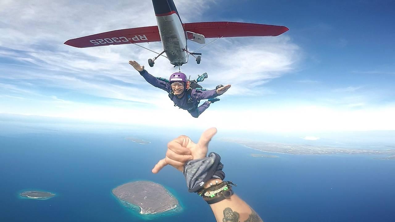 #最新跳傘影片分享 3月跳傘團新成員 本團有兩位證照新手,用7天考取A證,刷新ufly跳傘團紀錄。恭喜新成員出道!  Video Credit: 李泰欣 ➡️需要買保時捷可以找他  想學跳傘的米拿桑,還是想跟您們說,不管是自己找路去學,還是跟史考特出去學,先練練風洞吧,真的很管用的,不然跳到一半卡關,假用完了又回來,又再等下次請假出去…萬一又…嗚嗚…我也只能借你肩膀了(抱)                          #台灣上班族在跳傘 #台灣人跳傘頻道 #跳傘 #跳傘學習 #跳傘證照考取 #跳傘證照課程  #USPA證照課程 #跳傘證照A級 #跳傘諮詢  #skydiving #風洞先修考照沒煩惱_偷練有效