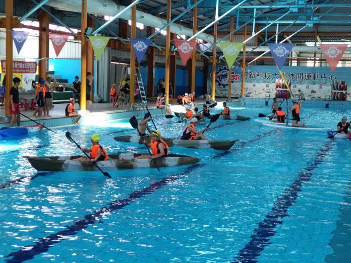 來游泳池玩獨木舟、風浪板 親子水域活動體驗安全涼快 | 地方 |...