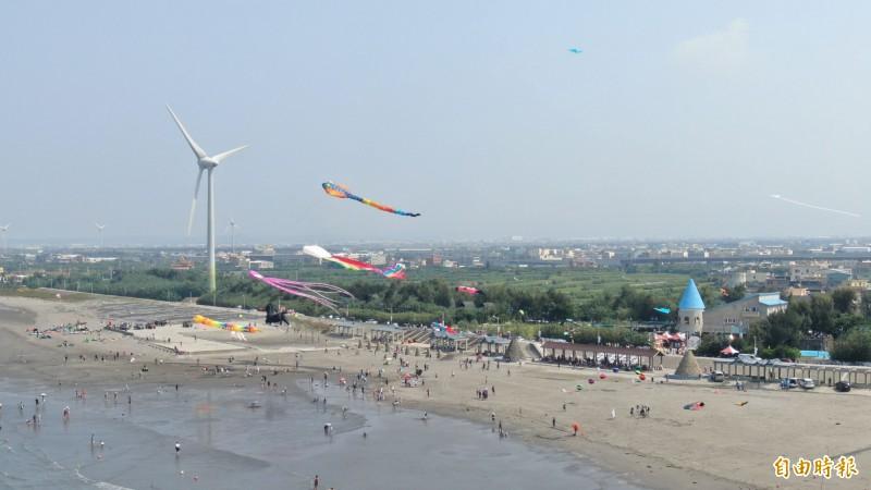 大安風箏衝浪活動登場,風箏迎風飄揚。(記者張軒哲攝)