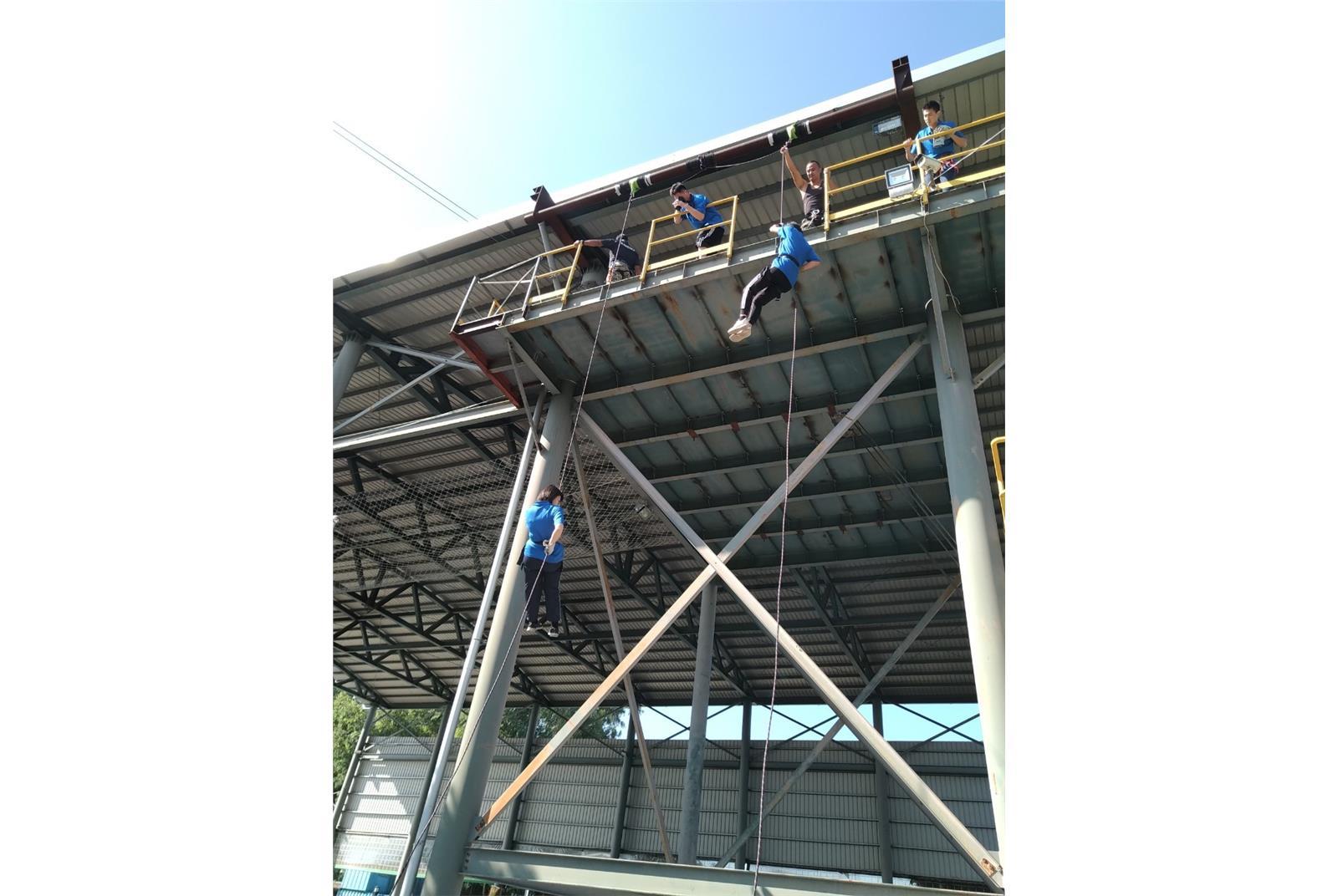 官兵在操作各項山訓課程時,須勇於自我挑戰,必須發揮團隊精神,協助隊友安全通過垂降等關卡。(空軍3指部提供)