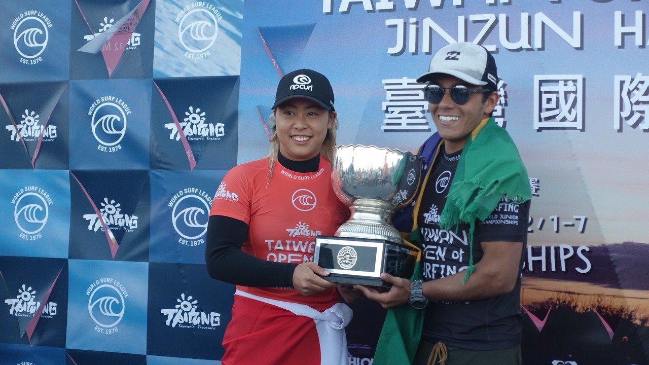 2019台灣國際衝浪公開賽,來自巴西的Lucas Vicente(右)及日本Am...