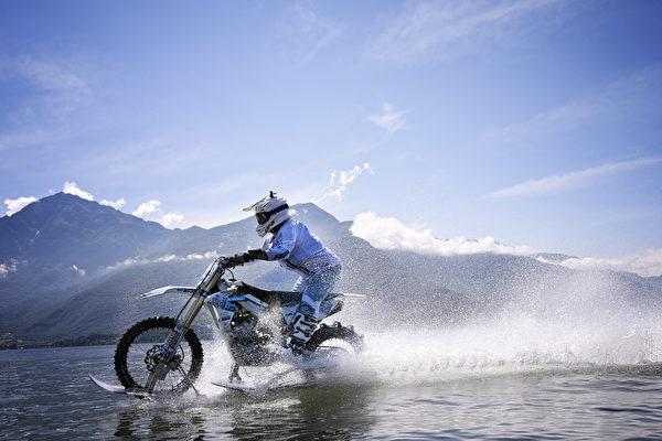 骑着摩托车水上漂 高手们真做到了 - 大纪元