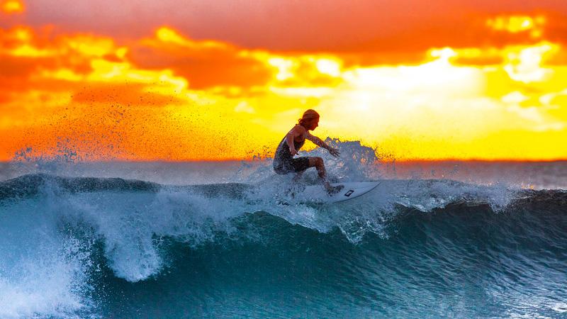 在海浪上盡情享受衝浪的樂趣。(示意圖:goodfreephotos)
