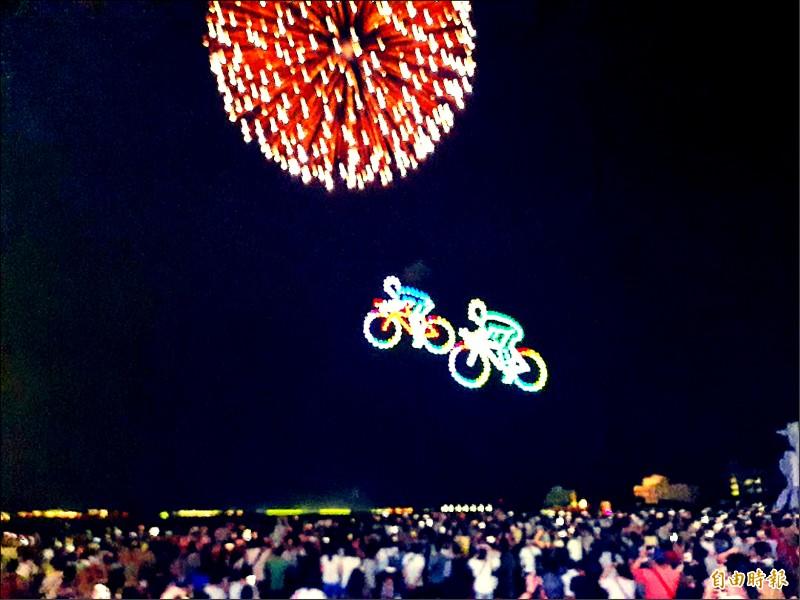 自行車奔上夜空,與花火相互輝映。(記者劉禹慶攝)