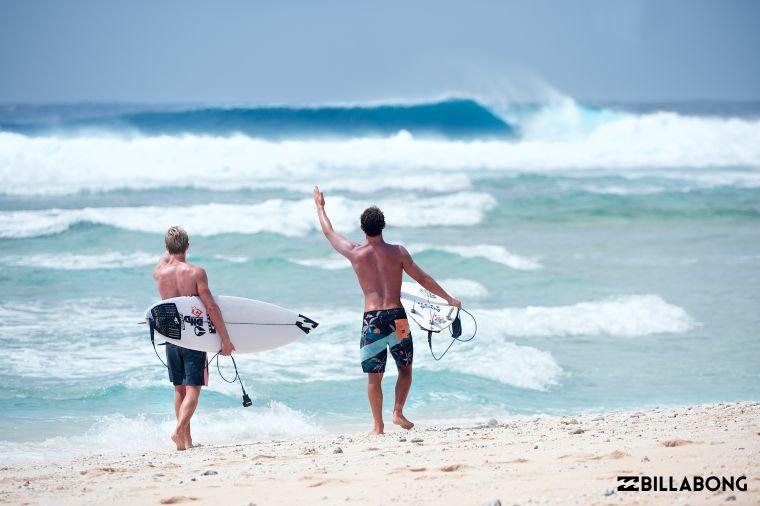 BILLABONG推出百人衝浪體驗,讓初階衝浪者及對衝浪有興趣的民眾躍躍欲試。官方提供
