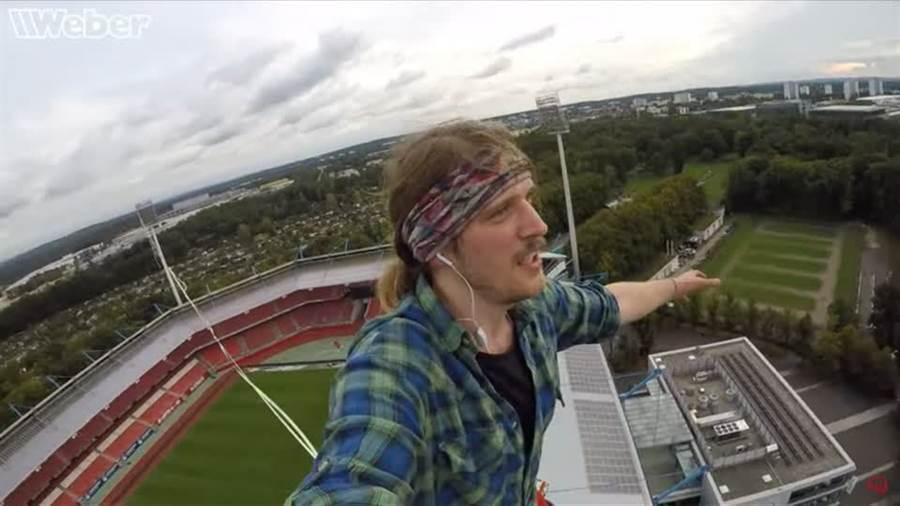 限運動員詹德克,走過體育館上空75公尺的長繩,距離達到230公尺。(圖/路透社)