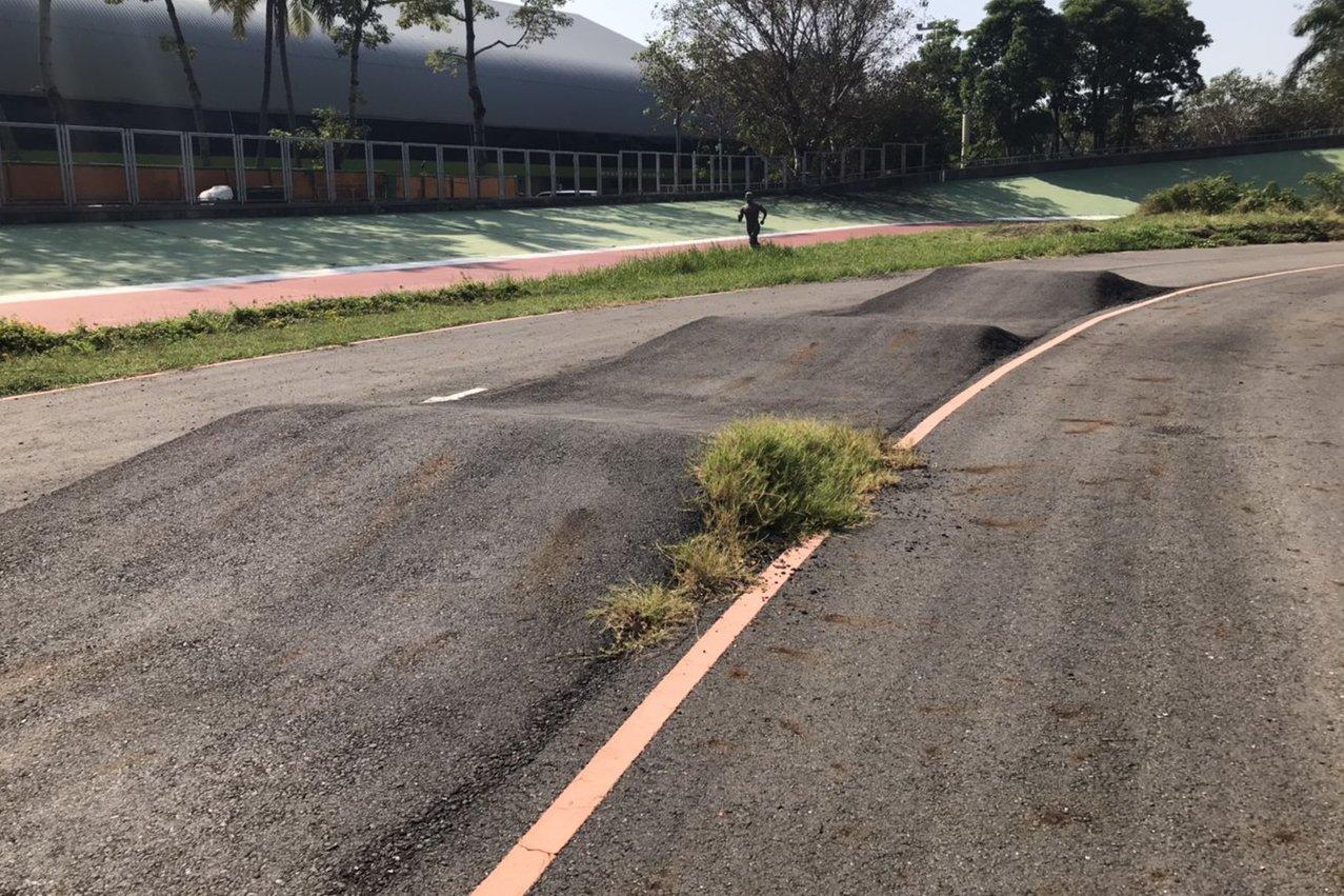 台南出現超大波浪道路 車友酸:難道是在做極限運動? - UDN 聯合新聞網