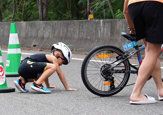 ▲CHALLENGE TAIWAN國際鐵人三項賽事,15日進行小鐵人賽事,小朋友跌倒又站起來,繼續完成挑戰。(莊哲權攝)