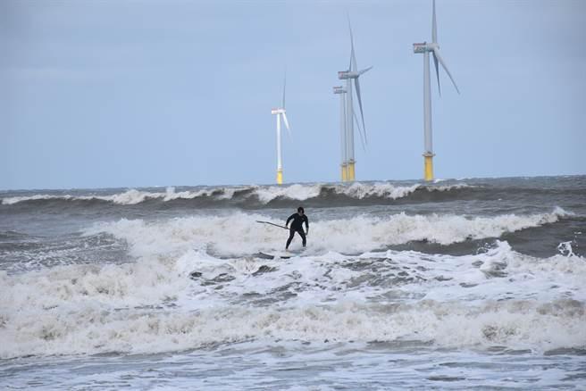 竹南假日之森海濱已成苗栗重要海上運動據點。(謝明俊攝)