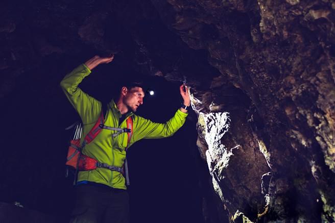 美國一名身高182公分的醫學院男大生從事洞穴探險,最後卻卡死在45公分洞穴內,最後被水泥封洞、就地埋葬。(示意圖,達志影像/shutterstock)