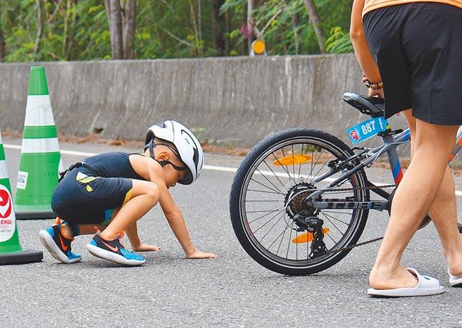 CHALLENGE TAIWAN國際鐵人三項賽事,15日進行小鐵人賽事,小朋友跌倒又站起來,繼續完成挑戰。(莊哲權攝)