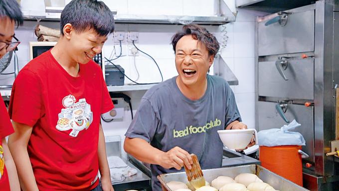 Eason在茶餐廳當一日員工,與康復者齊做菠蘿包。
