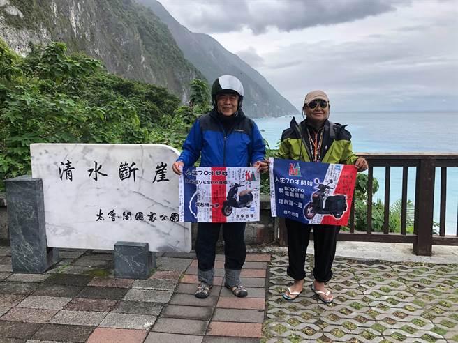 柯咨恭(右)與胡瑞(左)倆個踏入70歲的國小同學,一人騎電動機車Gogoro,一人騎22年的偉士牌機車一起壯遊台灣。(柯咨恭提供/馮惠宜台中傳真)
